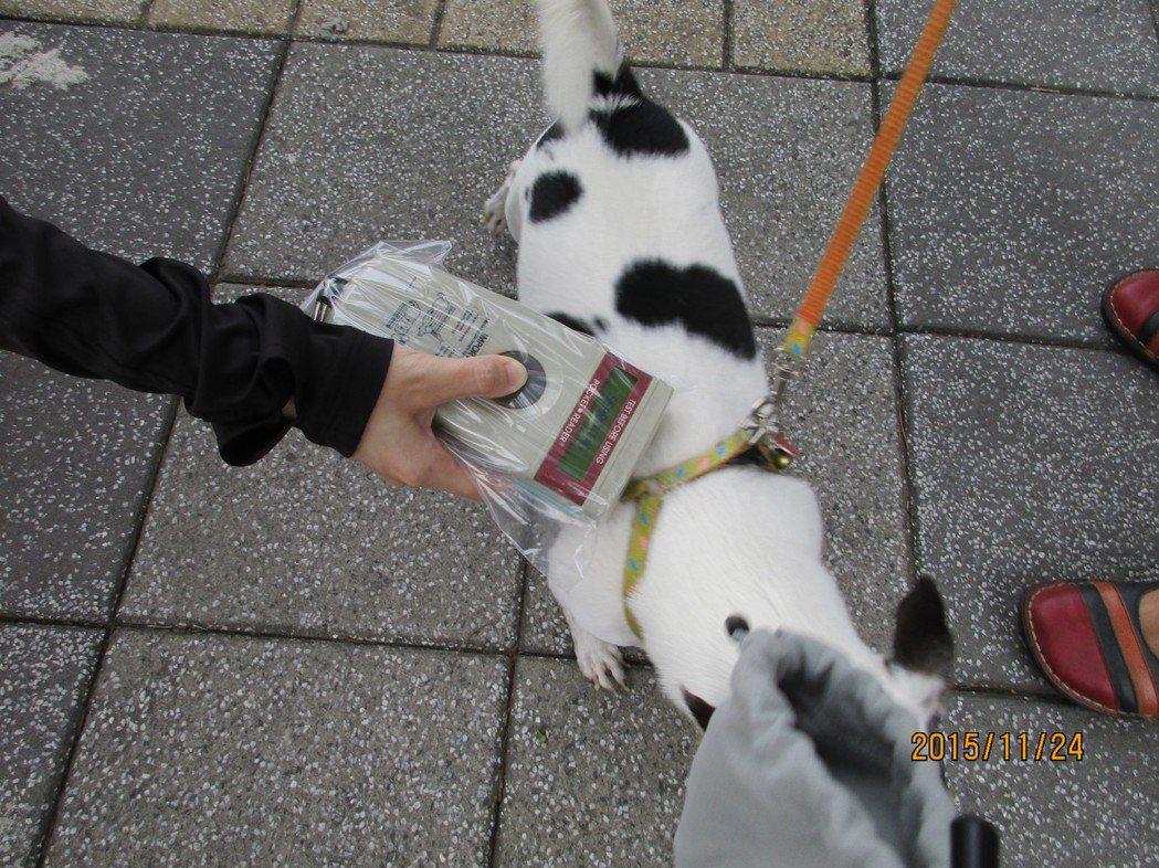 高雄市動保處為防止棄養動物的行為,提醒飼主除了幫寵物植入晶片,也別忘了要到各寵物...