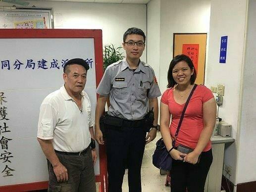 員警林錦瑞耗費20分鐘找到翁姓計程車司機(左),將皮包還給馬來西亞籍陸姓女子。記...