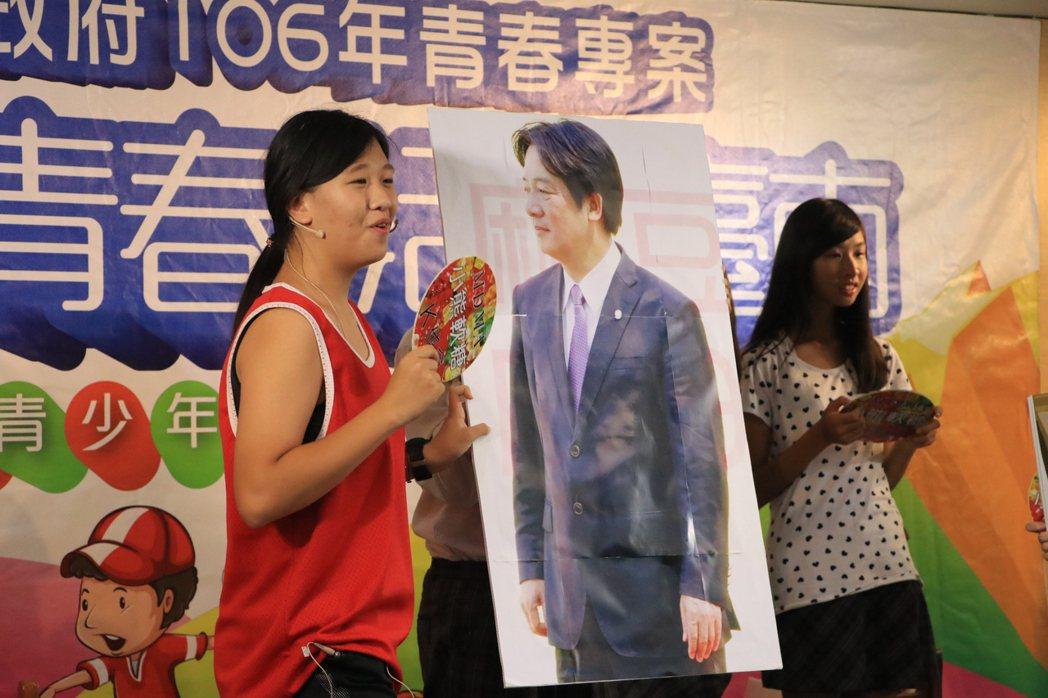 台南市宅港國小學生、畢業生透過話劇劇情串接,呼籲學生遠離毒害與危險場所,還與台南...