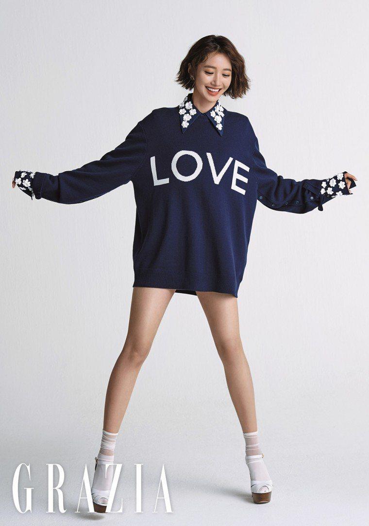 高俊熙穿MICHAEL KORS的Collection 2017春季系列長板針織...