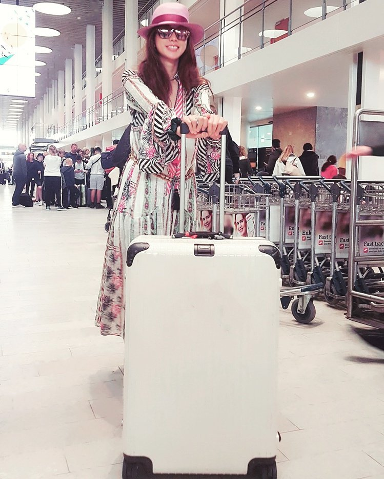 夏天旅行時,志玲姐姐以碎花長洋裝、草編帽的造型,加上 LIMBO系列全新夏日新色...