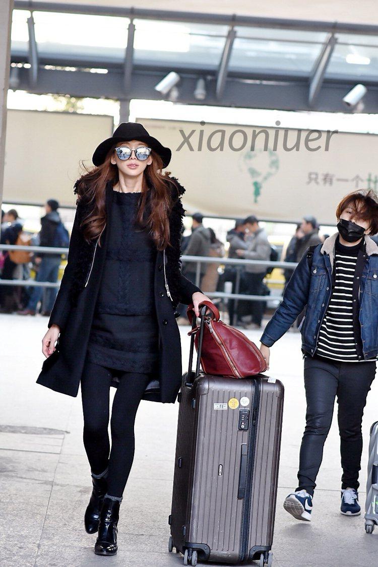 林志玲在冬天旅行時,則以酷帥黑大衣造型搭配消光銅色的SALSA SPORTY箱款...