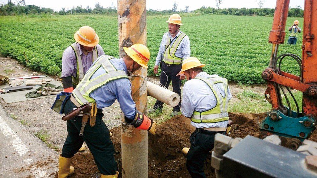 圖為台電加裝水泥腳木,強化電桿抗風災強度,台電截至5月底已完成3139根電桿抗災...