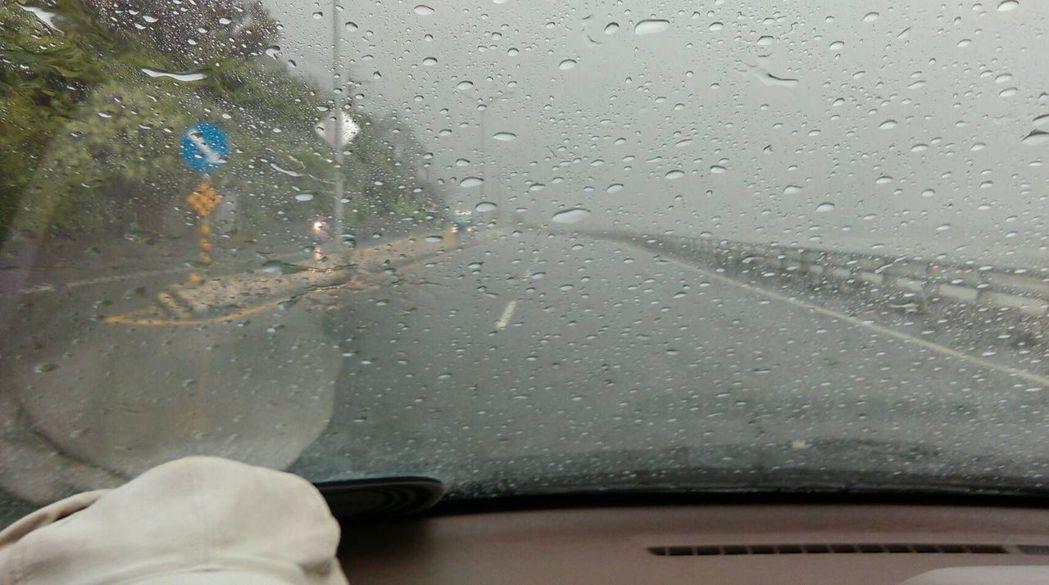 旗山午後出現豪雨,溪州地區雨勢盛大,從車內看出去一片霧茫茫。記者徐白櫻/翻攝