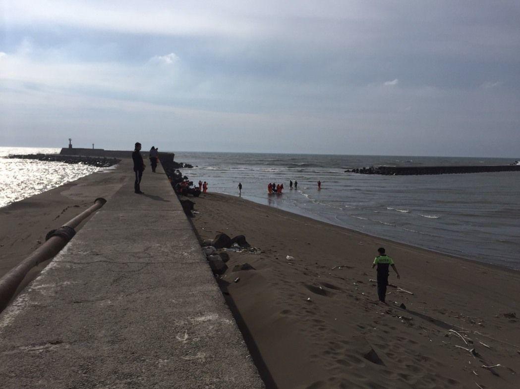 日前在新月沙灣戲水失蹤的葉姓少年,最近遺體被找到。記者郭宣&#24419/翻攝