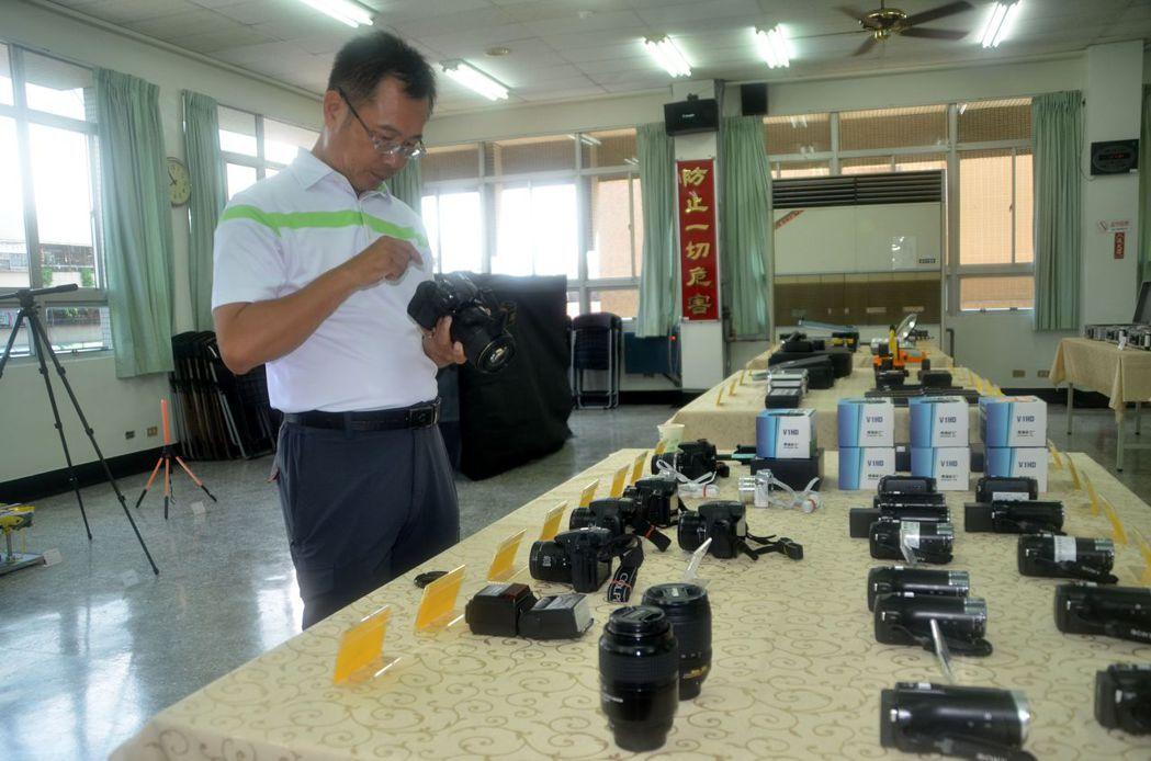 台南市警局刑事鑑識人員檢視蒐證錄影照相器材,確保運作正常。記者邵心杰/攝影