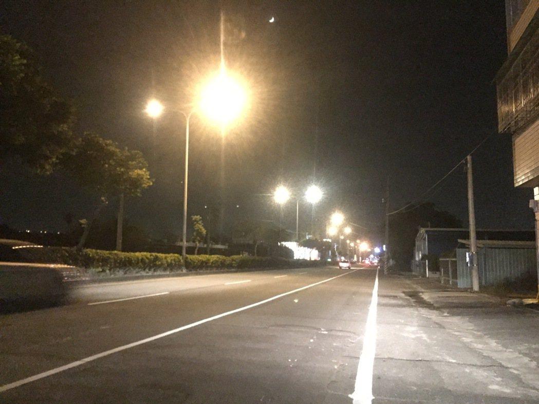 省道台十四線草屯路段昨天整排路燈閃爍變化,讓駕駛人感到詭異,草屯鎮公所澄清,懷疑...