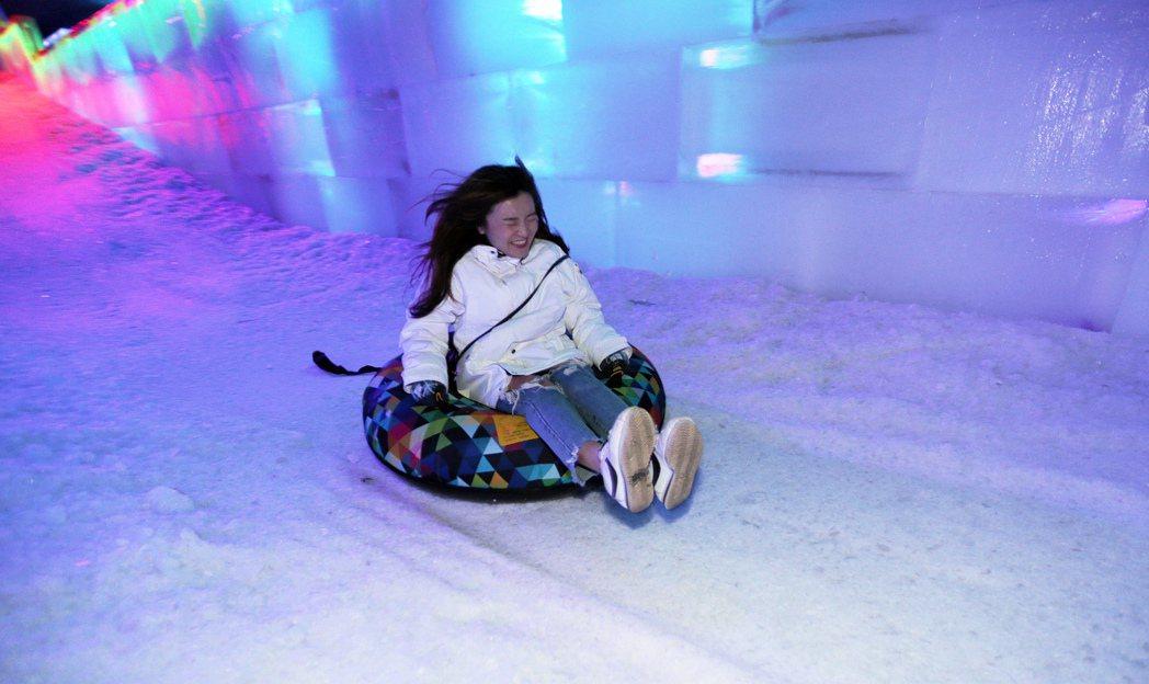 感受極地風光,還可以享受滑雪樂趣,絕對是難得的清涼體驗。記者劉學聖/攝影