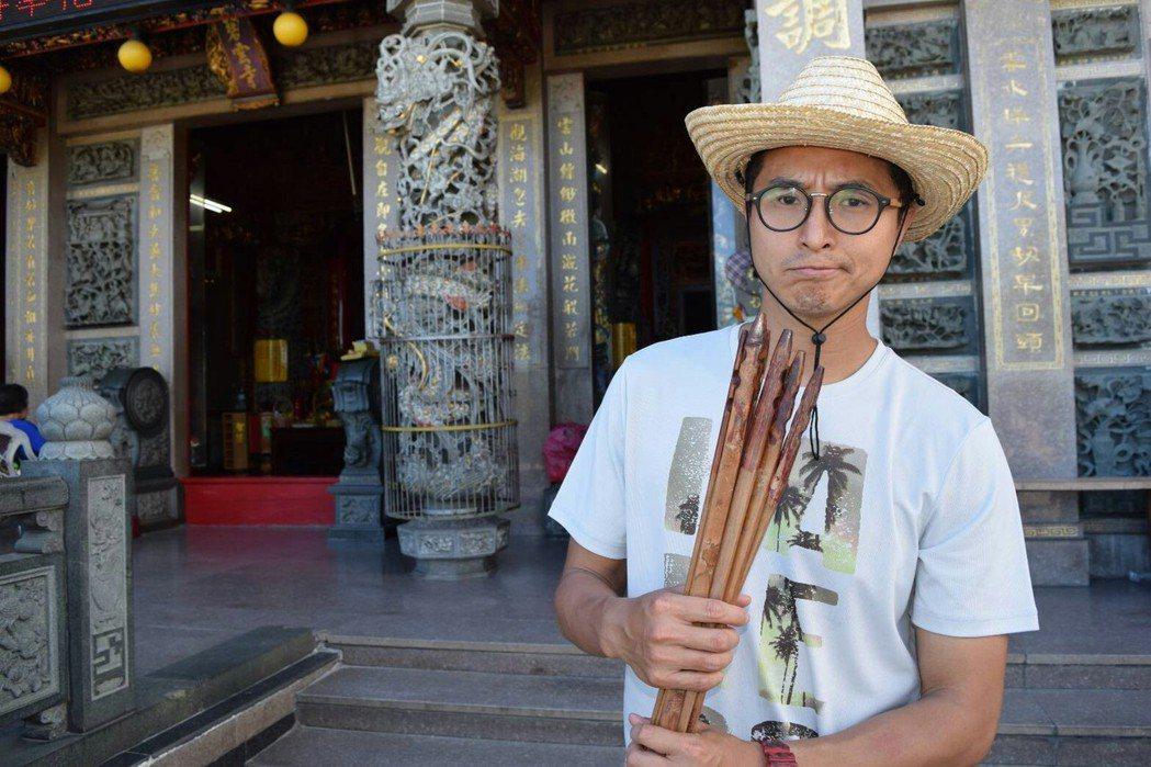 王少偉到小琉球的碧雲寺求籤。圖/八大提供