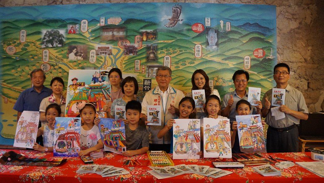 縣長邱鏡淳今天到六家國小看孩子們彩繪的畫作,他表示義民信仰自清乾隆年間流傳至今已...
