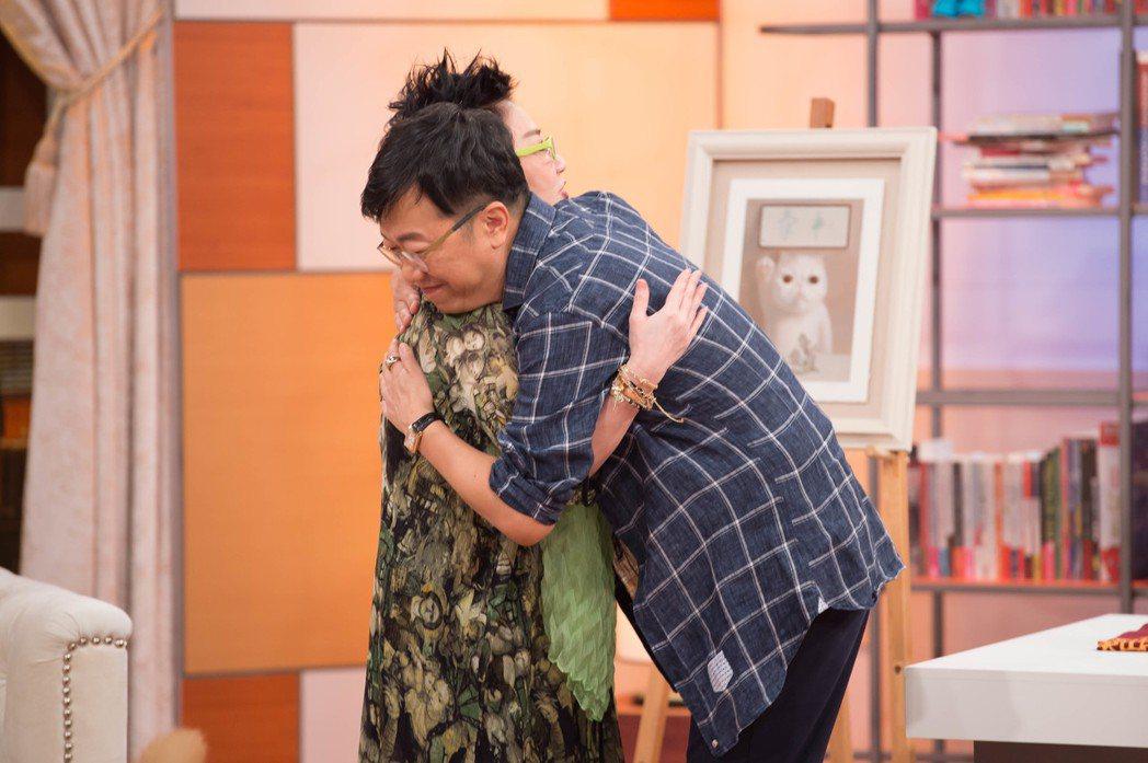 曹啟泰(右)擁抱張小燕。圖/TVBS提供