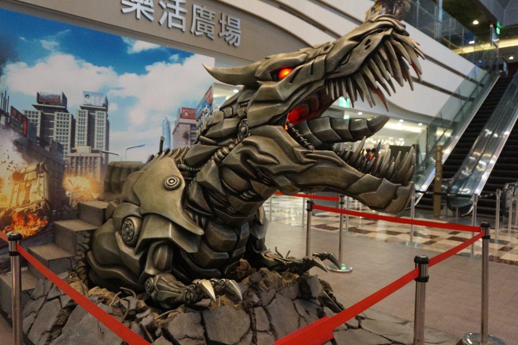 電影「變形金剛5:最終騎士」 熱映,全台首場變形金剛大展明天在南紡購物中心登場。...