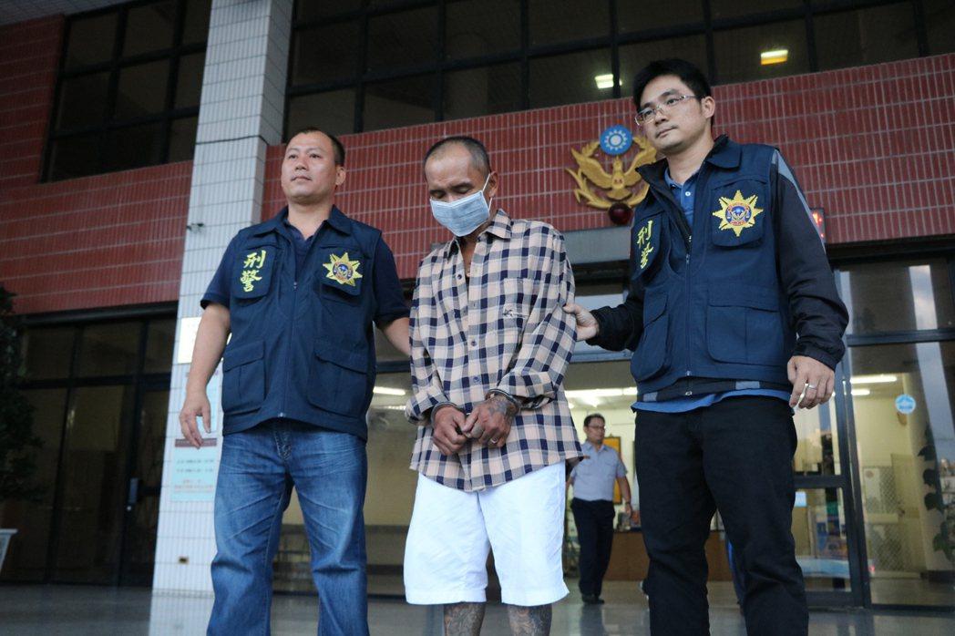 屏東東港警方案發5個半小時後逮捕涉嫌槍擊的陳姓男子。記者潘欣中/翻攝