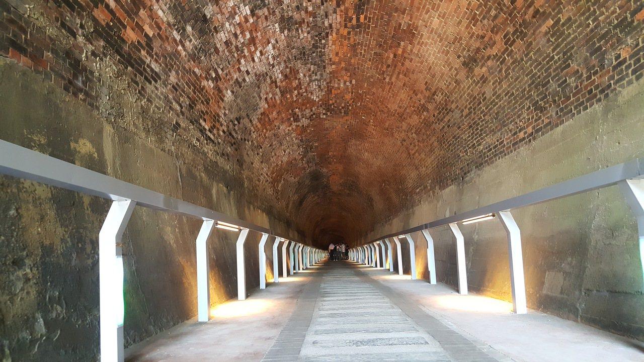 日據時留下的苗栗縣後龍鎮「過港1號」舊隧道,鎮公所已著手整理、進行亮化工程。記者...