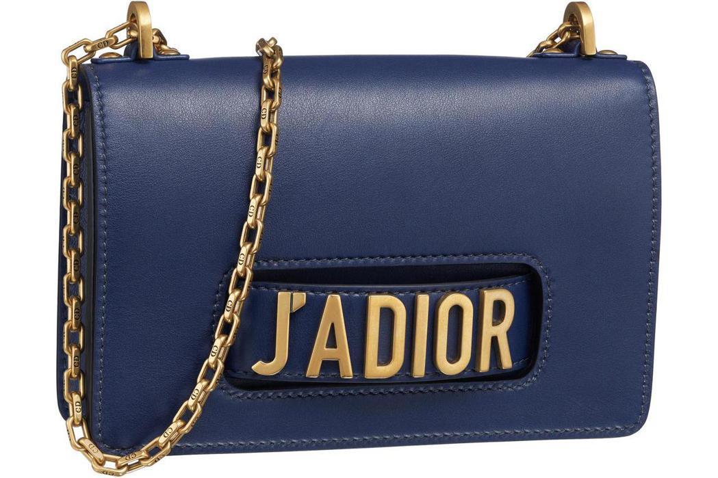 J'Adior靛色小牛皮翻蓋式金屬鍊包中型款,售約10萬5,000元。圖/Dio...