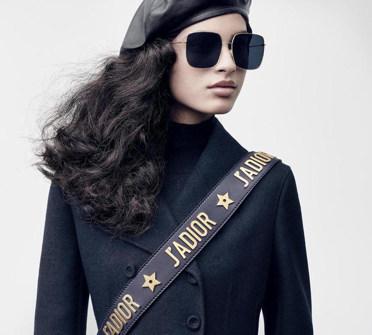 小羊皮貝雷帽和太陽眼鏡,展現了女性的自信風采。圖/Dior提供