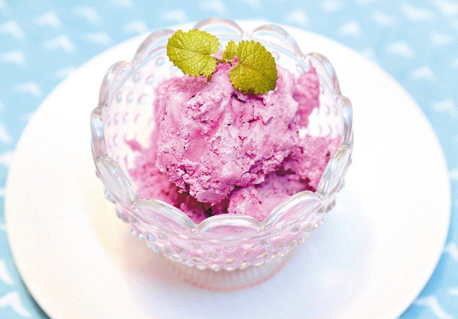 當令盛產的火龍果,加上鮮奶油打勻、冷凍,就是美味又健康的冰品。 圖/毛奇