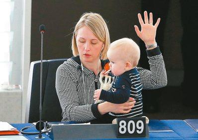 瑞典社會民主黨政治新秀葛特藍德3月15日帶著孩子到歐洲議會參加表決。 路透