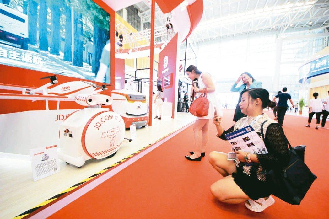 首屆世界智能大會在天津開幕,來自17個國家和地區的1200多名中外政要、企業家、...