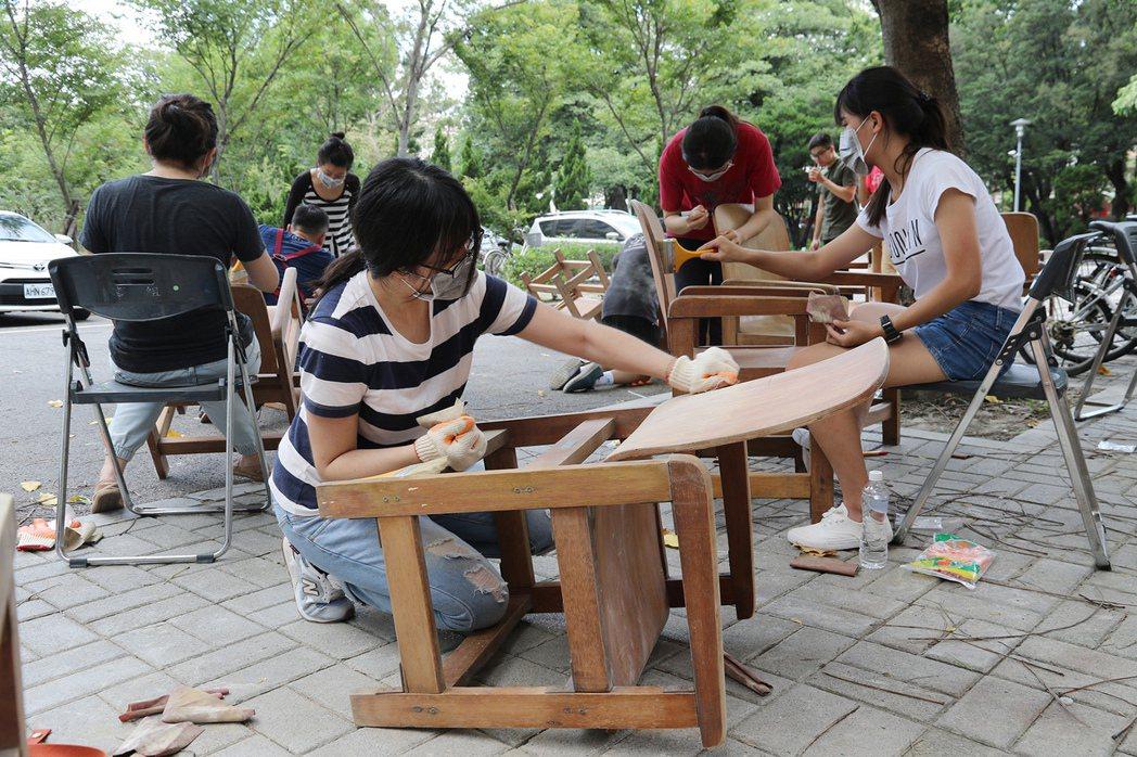 興大創業基地「木作課舊椅再生」課程,師生親手打磨、上漆,意猶未盡。 圖/中興大學...