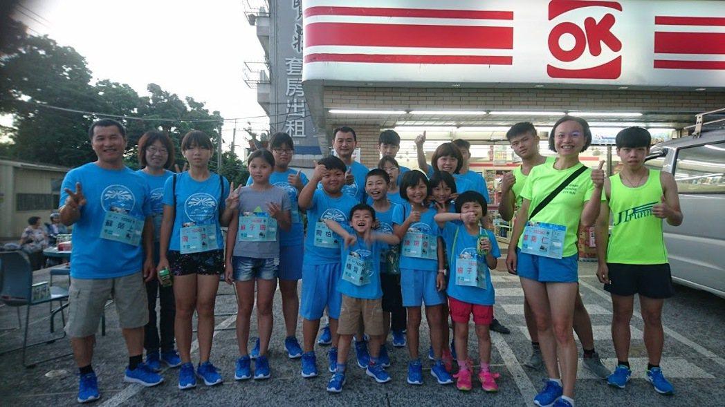 大林鎮上林里志工媽媽鄭堯仁(右二)發起帶著農村孩子參加路跑。 圖/鄭堯仁提供
