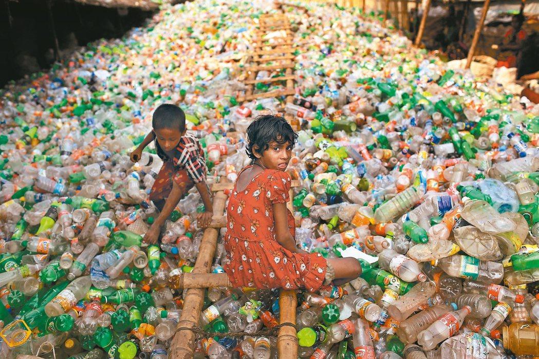 人類回收寶特瓶的速度跟不上生產的速度,對環境的衝擊不下於氣候變遷。 美聯社