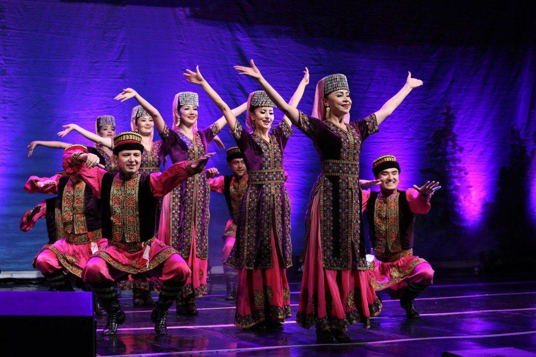 """中國新疆藝術劇院歌劇團20日在哈薩克斯坦首都阿斯塔納舉辦""""多彩絲路——民族歌舞晚..."""