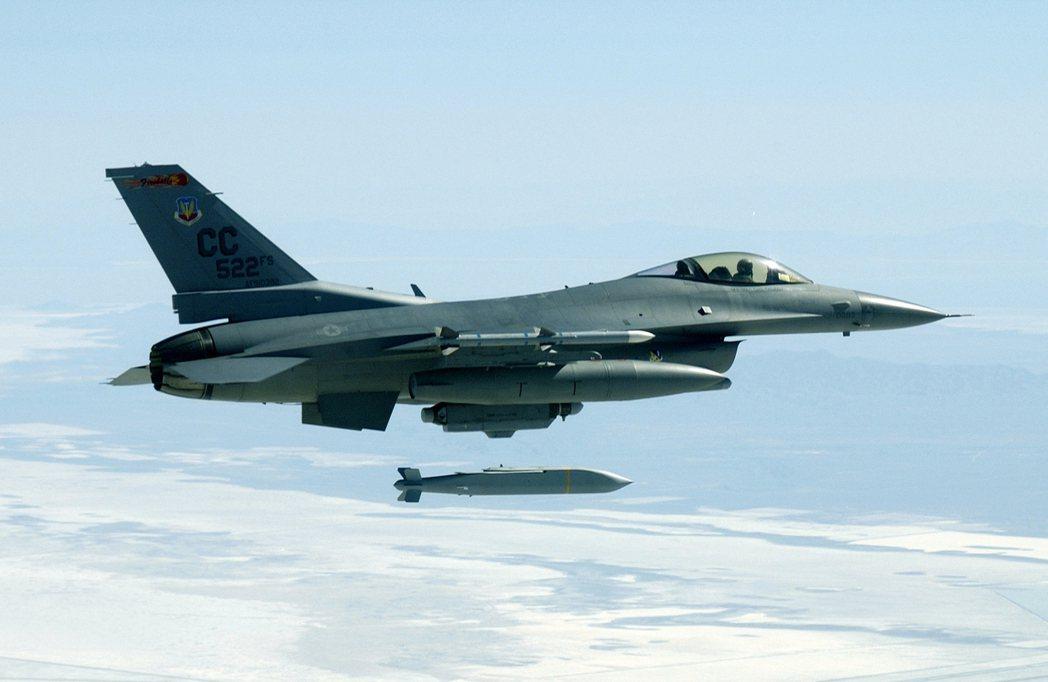 F16投射AGM154聯合視距外武器。圖/翻攝自網路