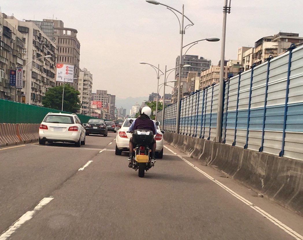 全台大型重型機車團體串連發動「94要上國道,道路平權」,抗議5年來交通部遲不公告...