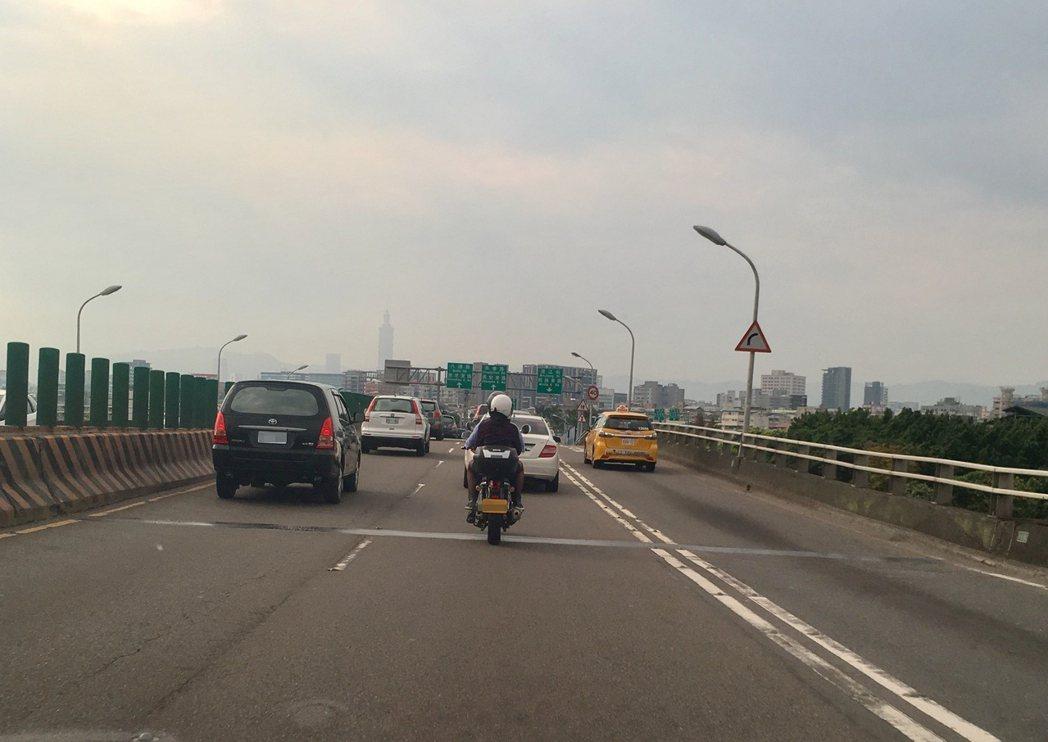 交通部認為,大型重機現在實際上路的駕駛行為必須能證明,已成熟到可開放行駛國道。記...
