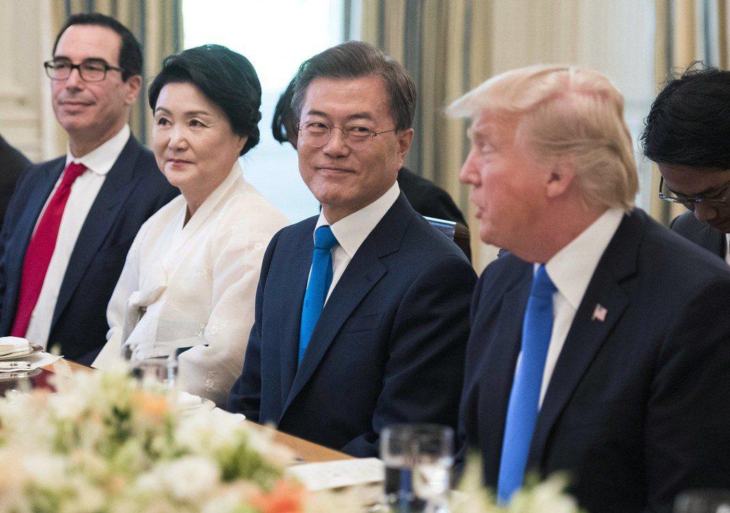 正在美國訪問的南韓總統文在寅,與美國總統川普共進晚餐時表示,希望川普優先重視北韓...