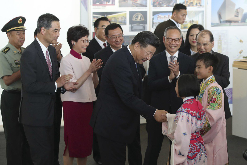中國國家主席習近平29日在香港西九文化區出席《興建香港故宮文化博物館合作協議》簽...