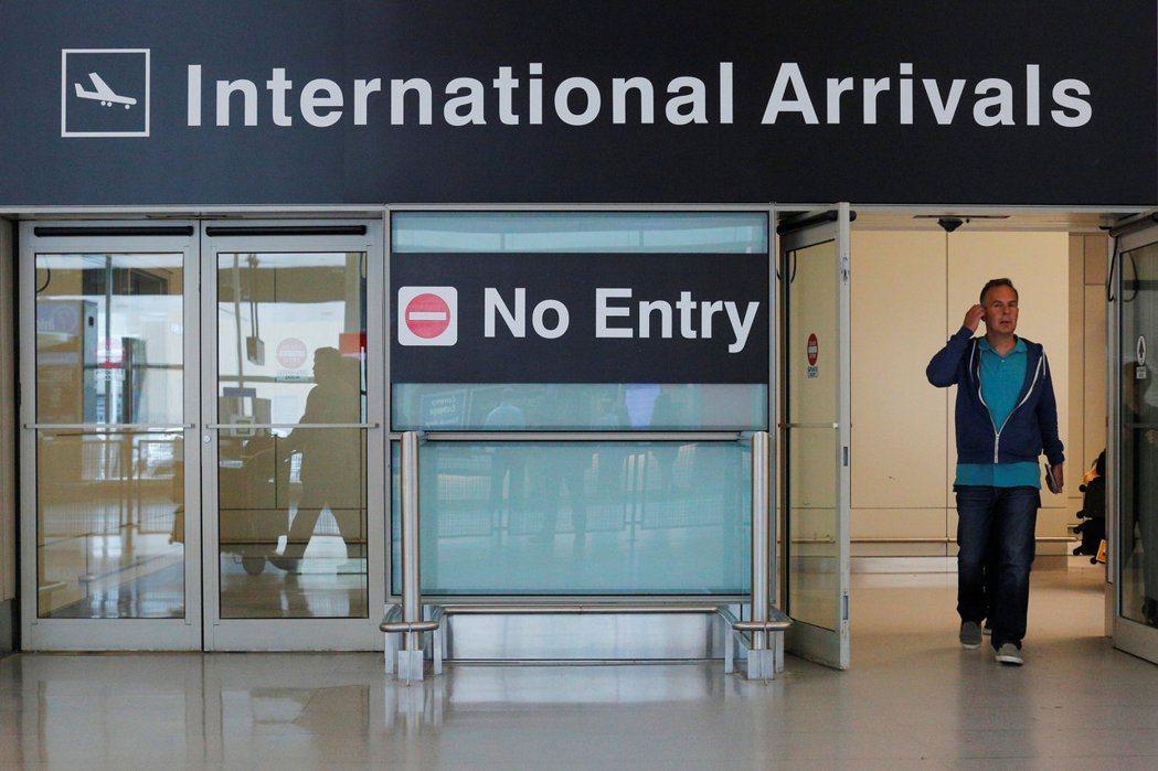 川普總統修訂的旅遊禁令29日晚生效,圖為紐約甘迺迪機場入境處。(路透)