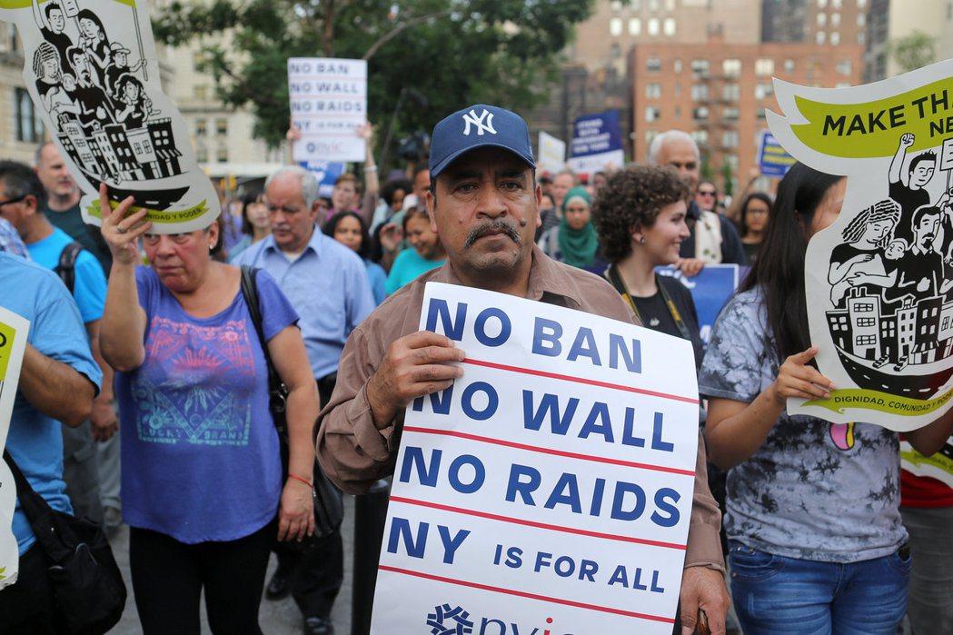 川普總統修訂的旅遊禁令29日晚生效,移民維權組織手持「不要禁令、不要邊牆、不要掃...