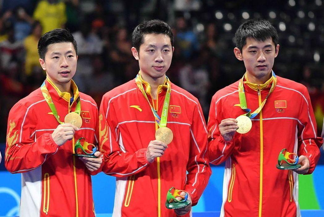 中國乒乓球男隊宣布全數退出國際乒聯職業巡迴賽澳洲公開賽,先前擅自棄賽的馬龍(左)...