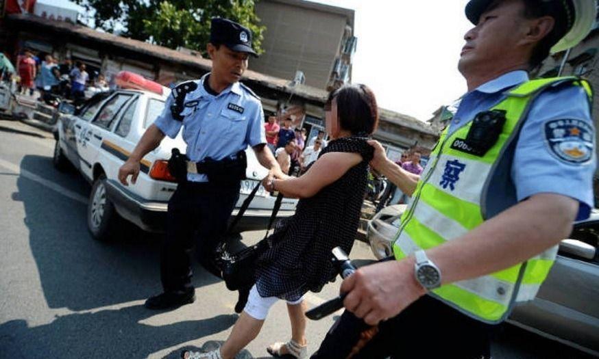 女駕駛違規停車,態度敷衍,讓交警決議祭出罰單,但婦人不從,直到警方向她噴辣椒水,...