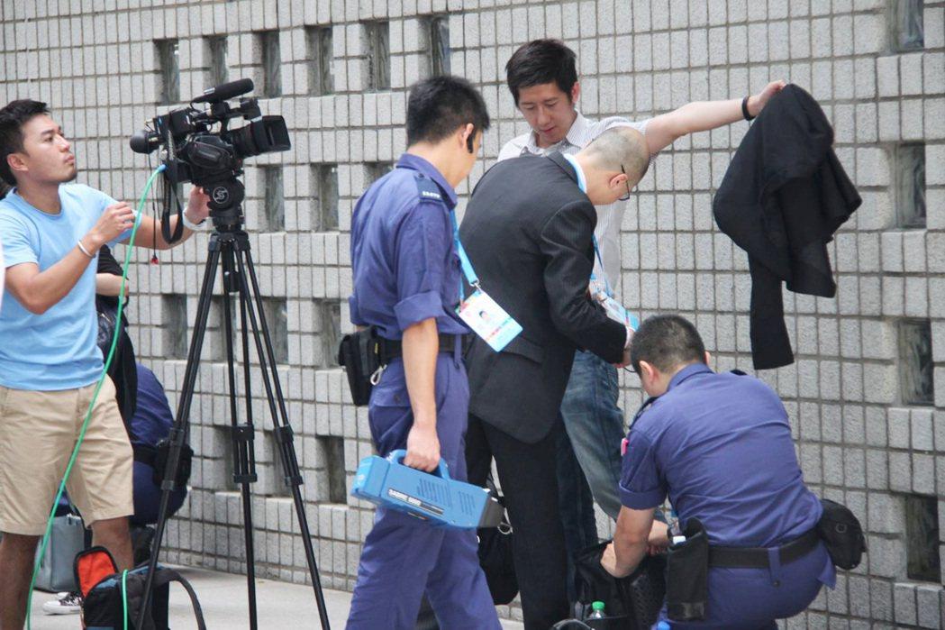 中國國家主席習近平伉儷29日抵港,進入禁區拍攝習近平伉儷車隊的記者都要接受嚴密檢...