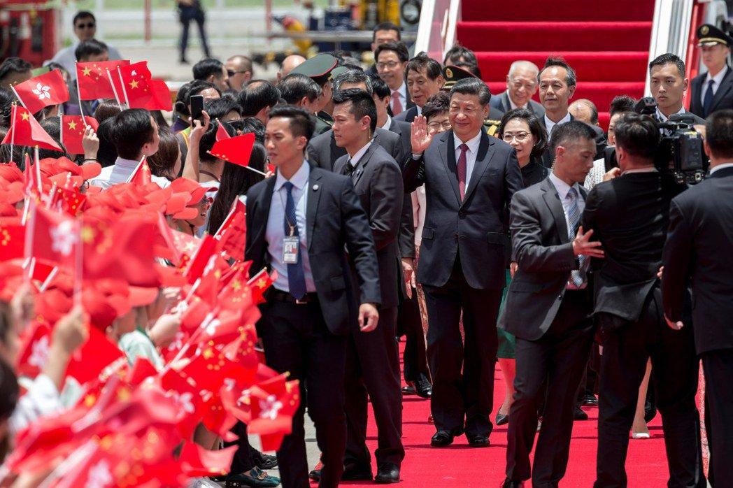 國家主席習近平29日抵達香港機場,有媒體提問是否釋放劉曉波,他未回答。(歐新社)