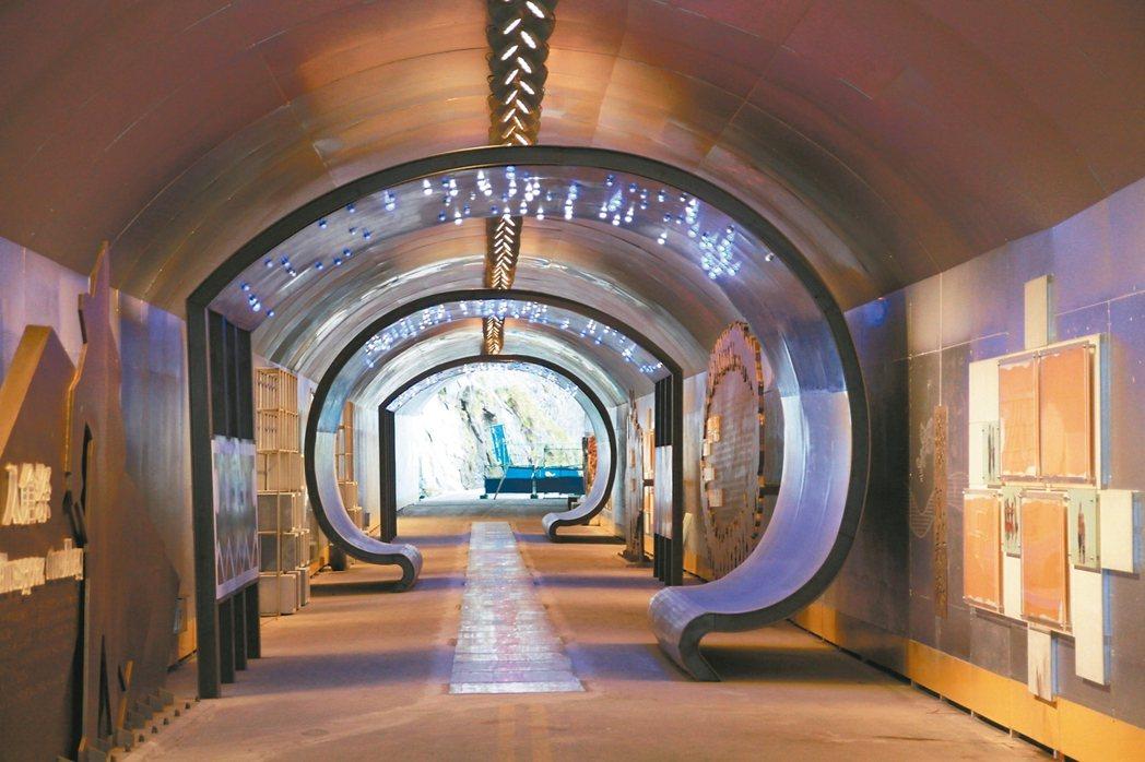 在步道一旁也建造了光雕隧道,未來將設攤販售受工藝品等。 記者徐庭揚/攝影