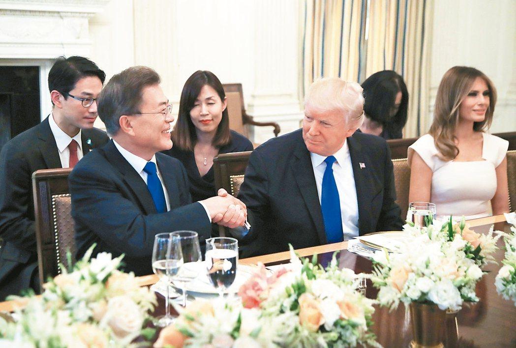 美國總統川普和第一夫人梅蘭妮亞(圖中、右)設晚宴款待南韓總統文在寅(左),揭開兩...