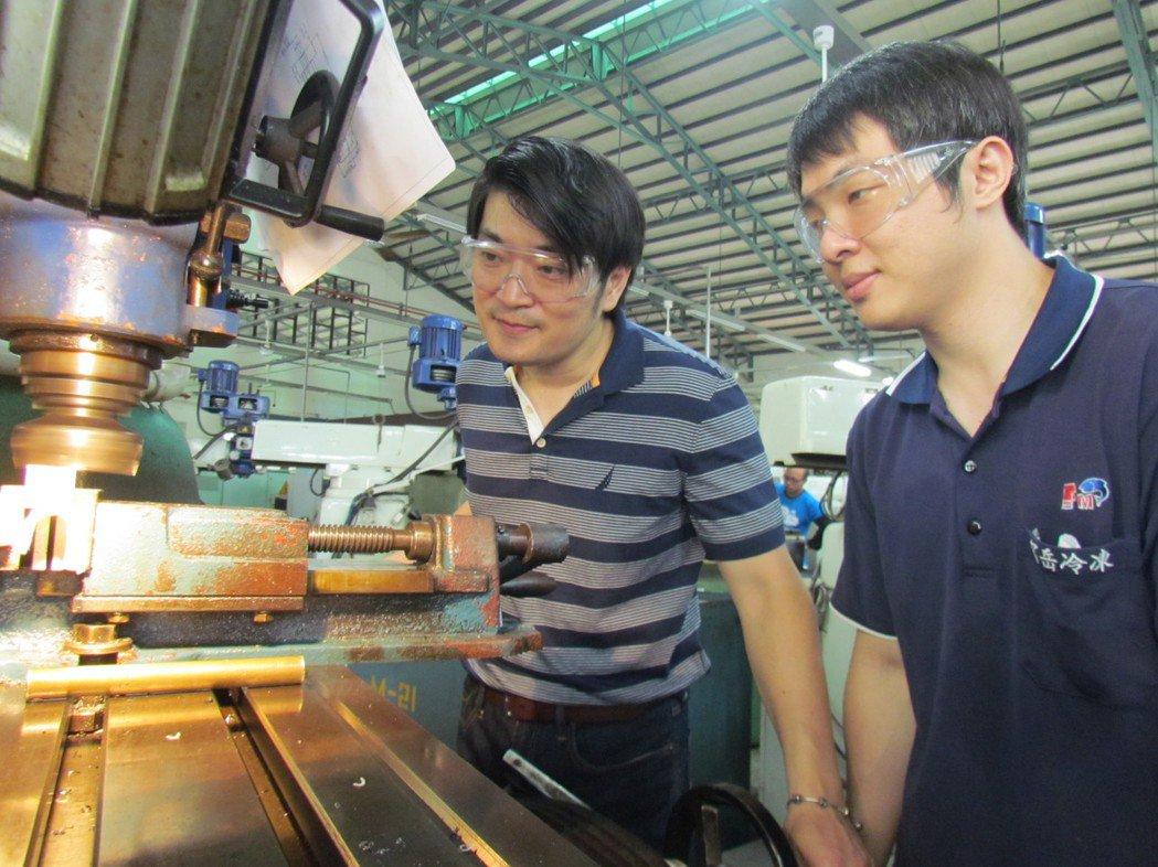 退役軍官管大慶(左)參訓取得雙張乙級證照後,不僅找到CNC銑床技術員工作,還從勞...
