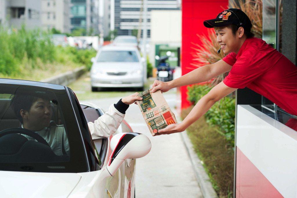 麥當勞去年夏天首度推出的得來速「熟客券」,在活動期間內到得來速消費,就能獲得一張...