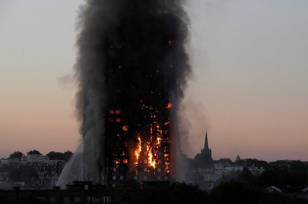 6月14日凌晨近1點,英國倫敦24層高的格蘭菲爾大樓起火,轉瞬間點燃整棟建築,4小時內變成人間煉獄。 圖/路透社