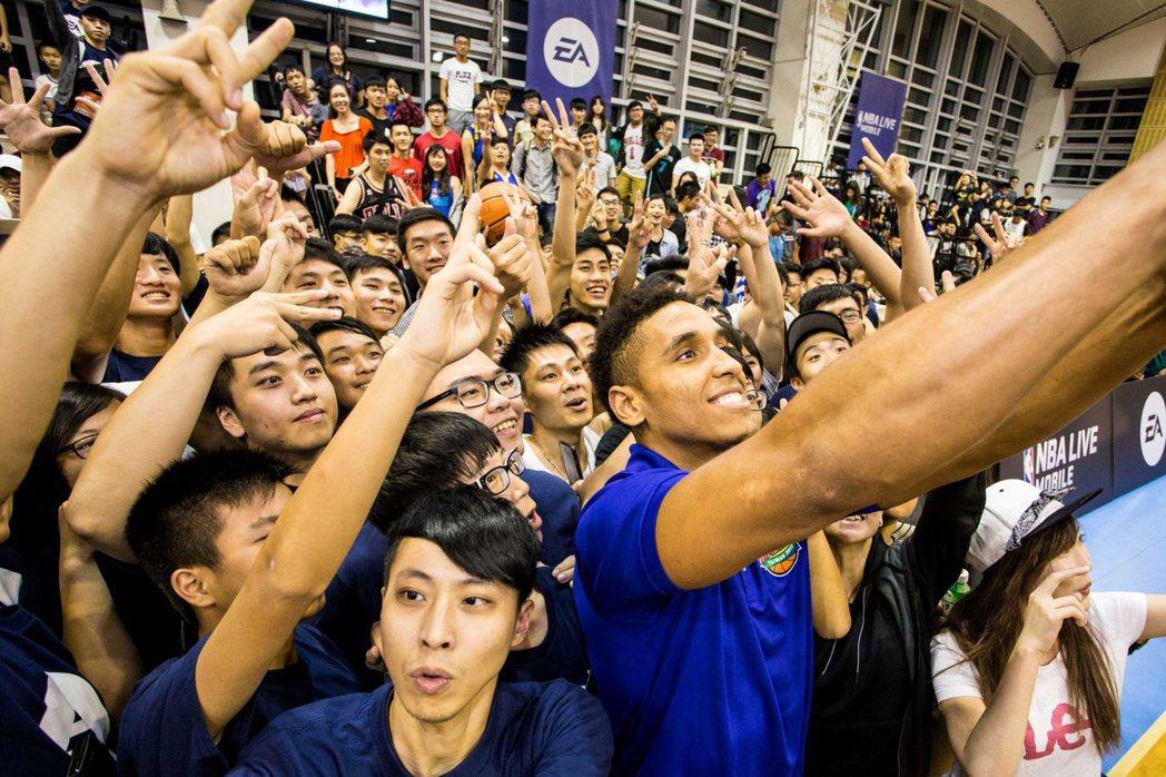 公鹿隊球星Malcolm Brogdon火熱登台,近六百名球迷開心與NBA年度新...