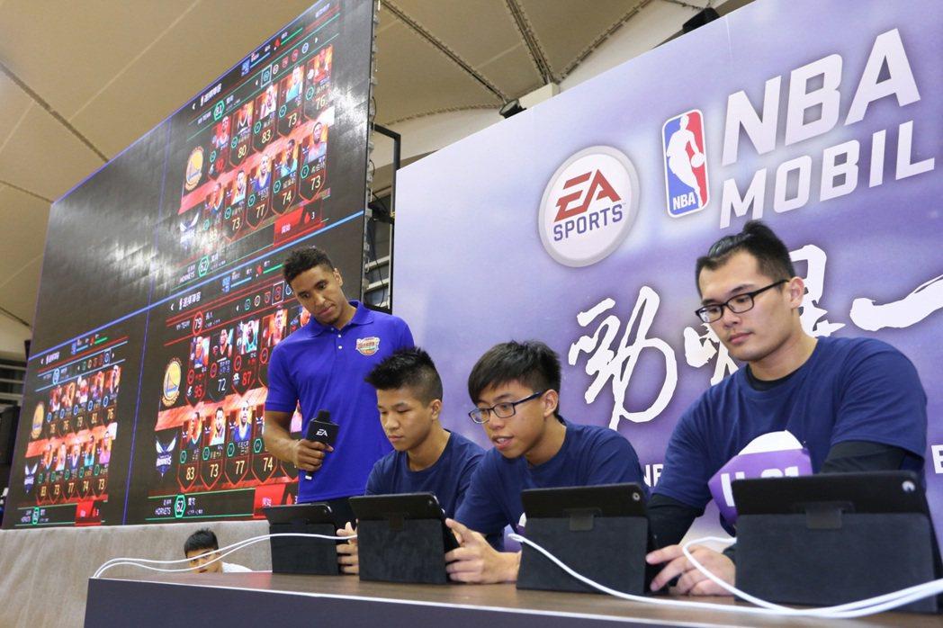 進入決賽三名《NBA LIVE Mobile》玩家卯足全力,爭奪最大獎「NBA中...