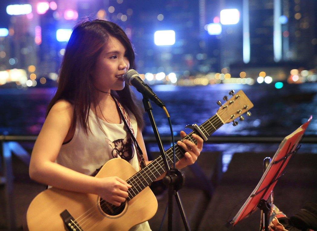 90後街頭藝人周楚詩在天星碼頭演唱。記者潘俊宏/攝影 潘俊宏