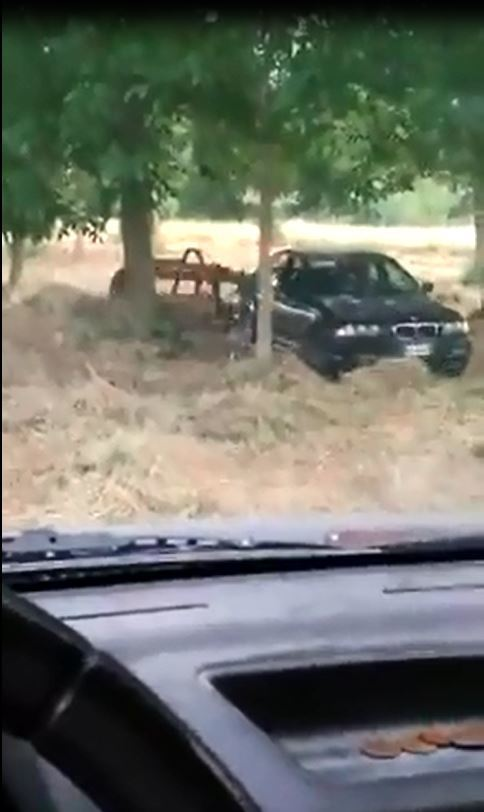 影片中用來整地的就是一部 1998-2006 年間生產的 BMW 3-Series (E46),後方懸掛了一具農用設備。 摘自 Facebook