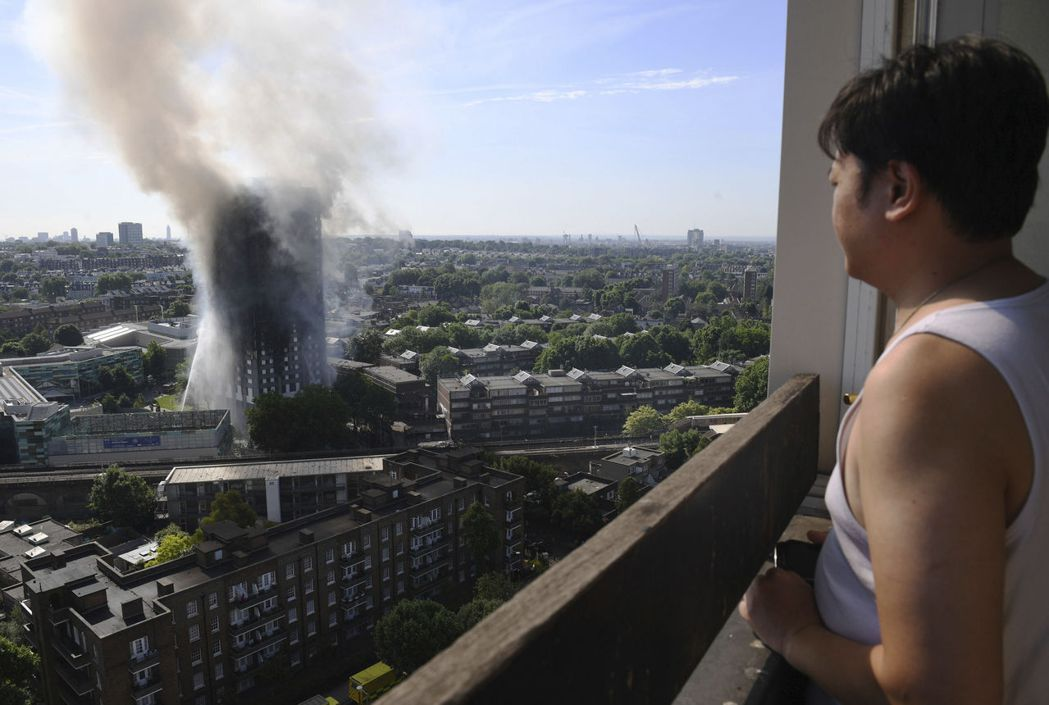 倫敦格蘭菲爾大樓這場火災的燃燒樣態跟速度,跟一般鋼筋混泥土建物完全不同。 圖/美聯社