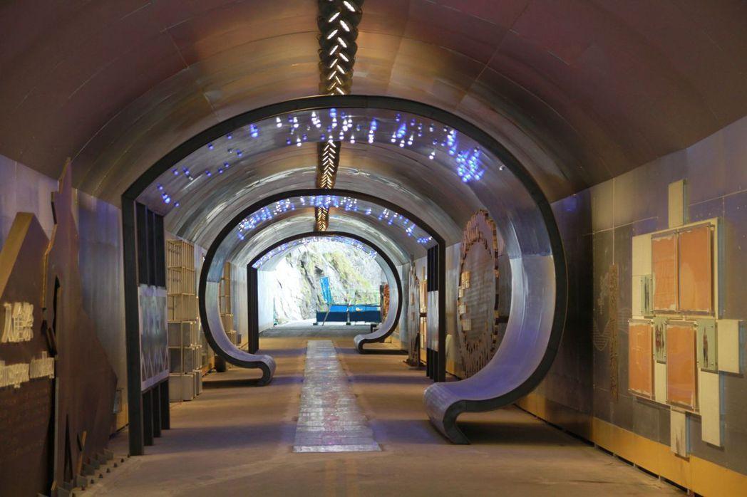 步道一旁也建造了光雕隧道,未來將設攤販售工藝品等。 記者徐庭揚/攝影