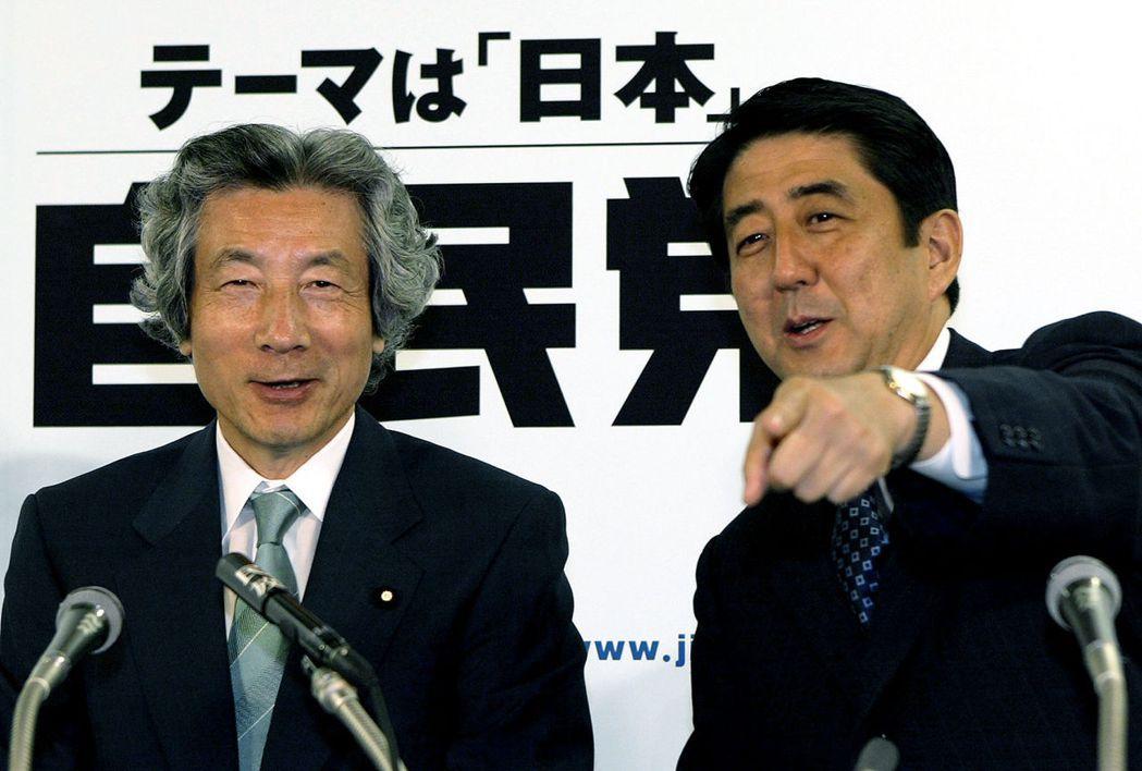 出身自民黨的小池百合子,與現任首相安倍晉三(右),都是前首相小泉純一郎(左)的愛...
